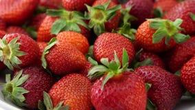 Świeże truskawki, dojrzały, wirują na talerzu zbiory wideo