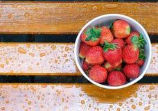 świeże truskawki na ławce fotografia royalty free