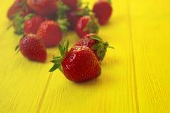 Świeże truskawki na żółtym drewnianym stole Zdjęcia Stock