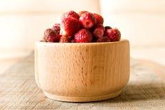 Świeże truskawki na drewnianym stole Pojęcie naturalny fo zdjęcie stock