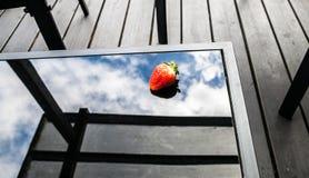 Świeże truskawki na szkło stole zdjęcia royalty free