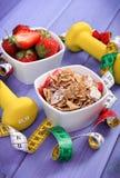 Świeże truskawki, płatki, dumbbells i styl życia, banatki i żyta, centymetra, zdrowego i sporty, Obraz Royalty Free