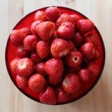 Świeże truskawki w czerwonym pucharze Zdjęcie Stock