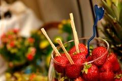 Świeże truskawki z wykałaczkami wtykać w one Zdjęcie Stock