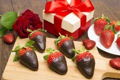 Świeże truskawki zamaczali w ciemnej czekoladzie, prezencie i sercu na drewnianym tle, to walentynki dni fotografia stock