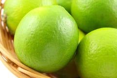 Świeże wapno owoc w koszu Zdjęcie Stock