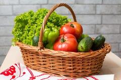 świeże warzywa koszykowi Pomidor, ogórek, pieprz i sałata, zdjęcia royalty free