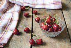 Świeże wiśnie na starym, nieociosanym drewnianym tle, Obraz Royalty Free