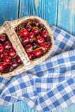 Świeże wiśnie w łozinowym koszu Obraz Royalty Free