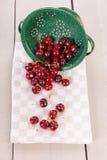 Świeże wiśnie w Colander zdjęcie royalty free