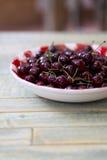 Świeże wiśnie w Czerwonym Gingham talerzu zdjęcia stock