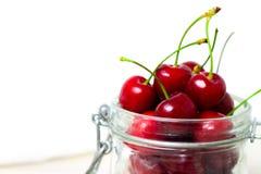 świeże wiśnie w słoju dla Domowej roboty utrzymanego czereśniowego dżemu, prezerwy dla zimy - słodki łasowania, deseru i jedzenia zdjęcie stock
