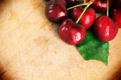 Świeże wiśnie z liściem, rocznika styl Obraz Royalty Free
