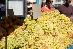 świeże winogrona sprzedaży zdjęcia stock