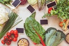 Świeże wiosny warzywa i pustego miejsca chalkboard etykietki Zdjęcia Stock