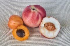 Świeże wyśmienicie moreli i brzoskwini owoc odizolowywać na białym tle Zdjęcie Royalty Free