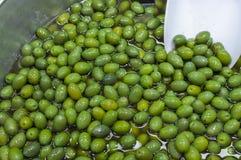 Świeże zielone oliwki na bublu w rynku Fotografia Stock