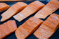 świeżego łososia Łosoś przepasuje dla sprzedaży przy rybim rynkiem wystawiającym z patchworku skutkiem obraz royalty free