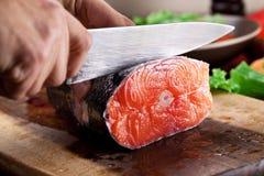 świeżego łososia Kulinarny proces Fotografia Stock
