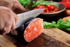 świeżego łososia Kulinarny proces Obrazy Royalty Free