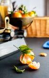 Świeżego brlight pomarańczowi clementines z zielenią opuszczają w rocznika sc obraz stock