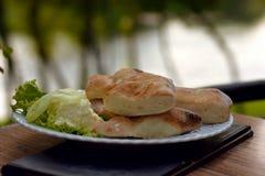 Świeżego chleba dokrętki z kremowym serem słuzyć na bielu talerzu plenerowym Fotografia Stock