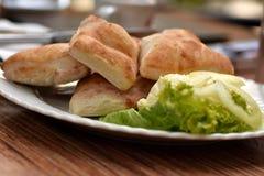 Świeżego chleba dokrętki z kremowym serem słuzyć na bielu talerzu plenerowym Obrazy Royalty Free