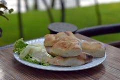 Świeżego chleba dokrętki z kremowym serem słuzyć na bielu talerzu plenerowym zdjęcia royalty free