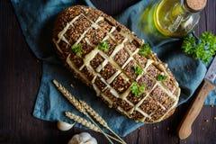 Świeżego ciągnienia w oddaleniu chleb z serem i czosnkiem Obrazy Royalty Free