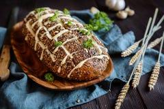 Świeżego ciągnienia w oddaleniu chleb z serem i czosnkiem Obraz Stock