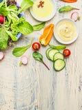 Świeżego kraju sałatkowy przygotowanie z organicznie ogrodowymi warzywami na lekkim nieociosanym kuchennym stole, odgórny widok,  obrazy stock