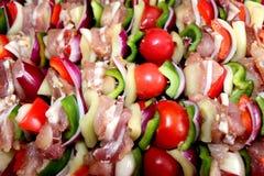 Świeżego mięsa i warzywa kebabs przygotowywali dla piec na grillu zdjęcie royalty free