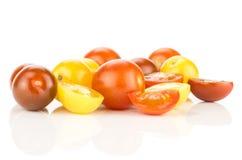 Świeżego mieszanego koloru czereśniowy pomidor odizolowywający na bielu obraz royalty free