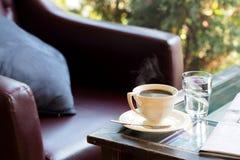 Świeżego parzenia gorąca kawa brać od sklep z kawą Obrazy Royalty Free