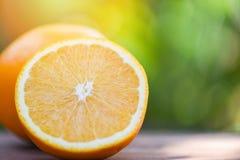 Świeżego pomarańczowego owocowego plasterka lata natury przyrodni tło obrazy royalty free