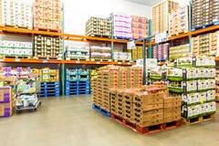 Świeżego produkt spożywczy schładzający pokój w Costco sklepie Zdjęcie Royalty Free