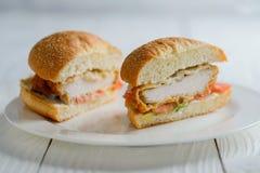 Świeżego smakowitego kurczaka hamburgeru przedziałowy widok Zdjęcie Stock
