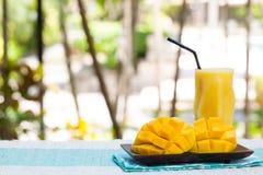 Świeżego tropikalnej owoc smoothie mangowy sok i świeża mango kopii przestrzeń Zdjęcie Royalty Free