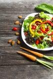 Świeżego warzywa sałatka na drewno stołu tle zdjęcia royalty free