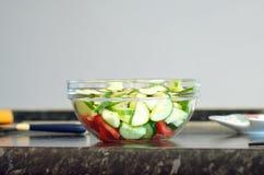 Świeżego warzywa sałatka w szklanym pucharze zdjęcia stock