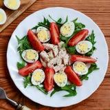 Świeżego warzywa sałatka z kurczak piersią i przepiórek jajkami Sałatka z pomidorami, rucola, przepiórek jajkami, kurczak piersią Fotografia Royalty Free