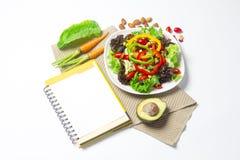 Świeżego warzywa sałatka z notatnika papierem obrazy royalty free