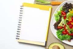 Świeżego warzywa sałatka z notatnika papierem obrazy stock