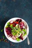 Świeżego warzywa sałatkowy talerz pomidory, włoska mieszanka, pieprz, rzodkiew, zieleni flance i lnów ziarna, Jarski naczynie, zd zdjęcie royalty free
