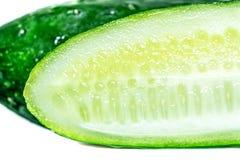 Świeżego zielonego ogórka pokrojonego zakończenia makro- odosobniony Obraz Stock