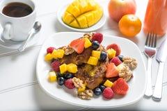 Świeżej owoc francuskiej grzanki śniadanie Fotografia Royalty Free