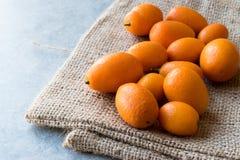 Świeżej owoc Kumquat, Cumquat na worku/ Obrazy Royalty Free