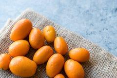 Świeżej owoc Kumquat, Cumquat na worku/ Obraz Royalty Free
