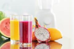 Świeżej owoc smoothies na kuchennym stole Blender w tle zdjęcia royalty free