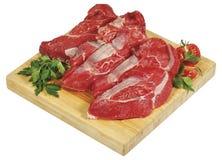Świeżej surowej czerwonej wołowiny stku mięsny duży kawał na drewnianej cięcie desce odizolowywającej nad białym tłem Obraz Royalty Free